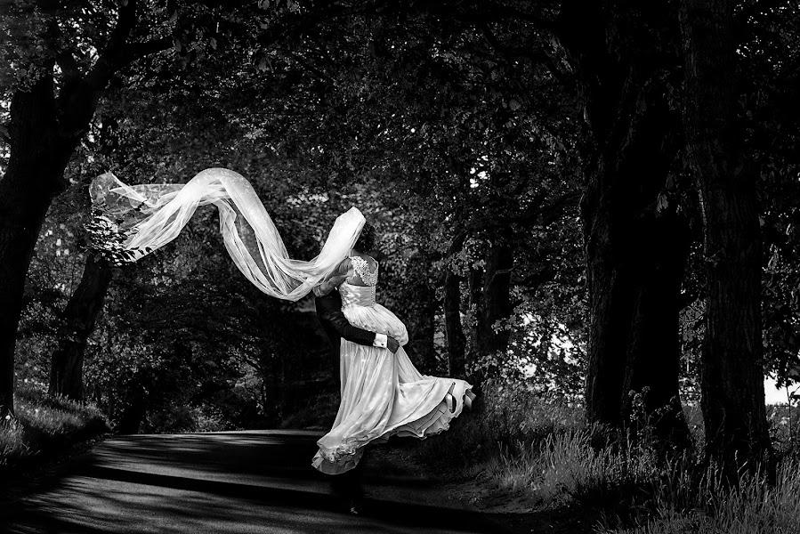 Wedding photographer Marius Marcoci (mariusmarcoci). Photo of 05.10.2016