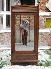 Photo: Deutscher Tourist auf der Biennale. Die Neonleuchtröhren quer durch den Schrank sind das künstlerische dabei.