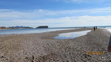 Photo: Lustigt! Det har blivit en liten sjö mitt i sandbanken som vi går på, havet på ytterkanten och flodfårans sjö på insidan