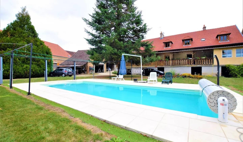 Propriété avec piscine et jardin Avallon