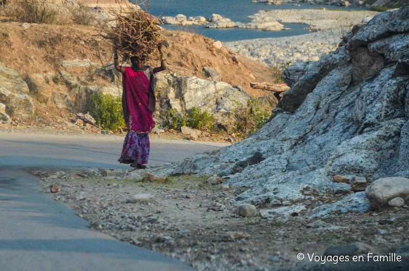 Femme portant du bois