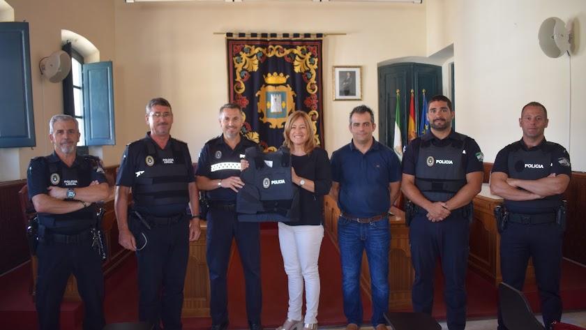 La alcaldesa y el concejal de Persona, junto inspector jefe y algunos agentes.