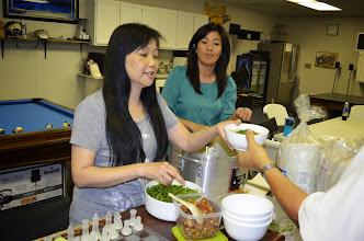 Photo: Cháo lòng.  Kim Thu đang múc cháo, người đứng cạnh là Tiểu long Nữ, đầu bếp.  Chi Loan Tiểu long nữ chuẩn bị nấu nướng cho buổi tiểu hội ngộ nầy từ mấy ngày trước