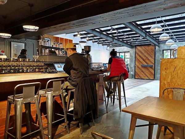 工業風設計咖啡館,環境舒適空間大 座位附近都有插座,適合帶筆電工作