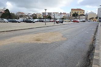 Photo: Obras na rua em frente à PSP deixaram estrada com remendos
