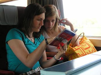 Jasmin u Heidi im Zug hin.JPG