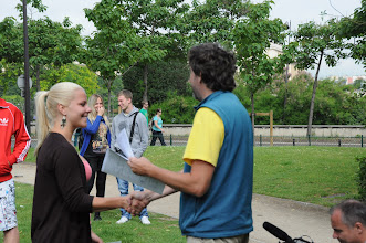Photo: Je středa ráno 27. června 2012. Nacházíme se pod Eiffelovou věží, kde došlo na zhodnocení školního roku 2011/2012 a předání vysvědčení za tento školní rok. Hezké léto, Johanko.