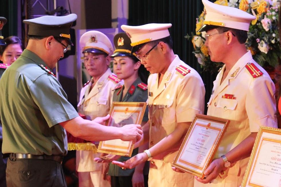Đại tá Nguyễn Hữu Cầu - Ủy viên Ban Thường vụ Tỉnh ủy, Giám đốc Công an tỉnh trao Giấy khen cho các đội có tiết mục đoạt giải.