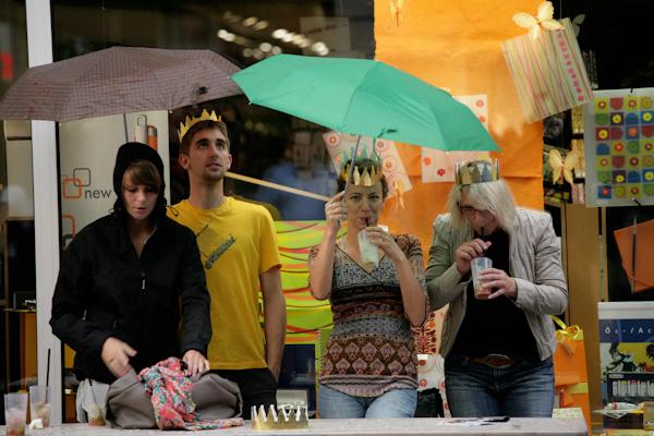 Photo: Kršnung in Lšrrach - Die Lšrracher Grundeinkommensinitiative verteilt Papierkronen wŠhrend der Stimmen- Marktplatzkonzerte, um fŸr das Bedingungslose Grundeinkommen zu werben.