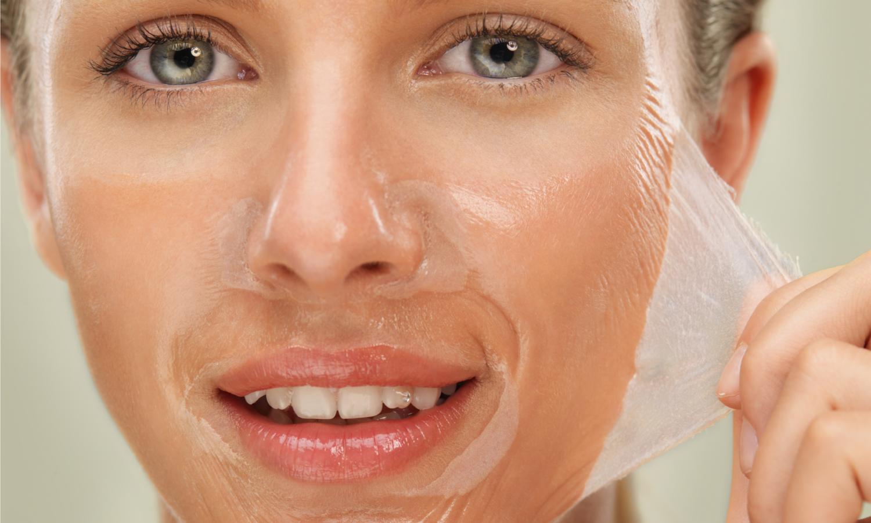 Een peeling kan verschillende problemen aanpakken: rimpels verminderen, pigmentvlekken vervagen, huidporiën verkleinen, doorlaatbaarheid aanpakken. Deze behandeling kent ook zijn gevaren, laat u behandelen door een ervaringsdeskundige.