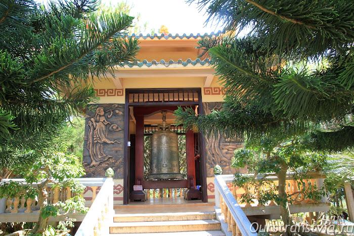 Бронзовый колокол в саду Чук Лама