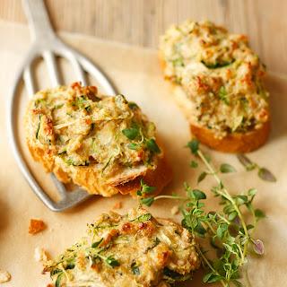 Frischkäse-Crostini mit Zucchini und Nüssen