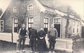 Photo: Tussen 1912 en 1922 Timmerbedrijf Lanjouw, Stationsstraat 8. v.l.n.r. Timmermansknecht Rudolf Lanjouw, Timmermansknecht Kobus Kak, Lammechien Lanjouw-Moek en Timmerman Harm Lanjouw