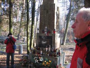 Photo: W lasach pod Gołuchowem Marek pokazał nam zbiorową mogiłę tysięcy pomordowanych na tych terenach Polaków i Żydów. Adaś Dopierała zainicjował modlitwę, zapaliliśmy znicze.