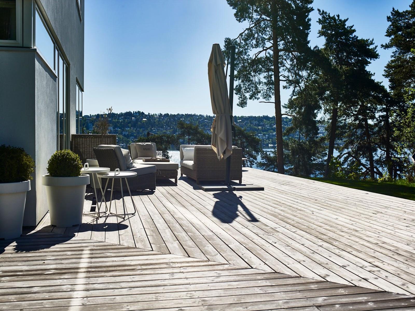 Vedlikeholdsfrie terrassebord gir en naturlig overgang fra huset til naturen