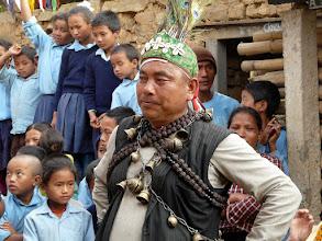 Photo: Der Dorfvorsteher in traditioneller Tracht.