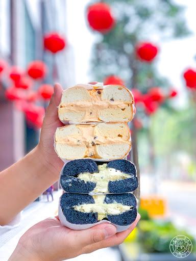 """. 📍好丘-台中店 ᴳᴼᴼᴰ ᶜᴴᴼ'ˢ  台北就很有名的貝果專賣店,不過我一直沒吃過,初一來領福袋的我就順便買來吃看看,最想吃的""""草莓""""口味只有假日才有😭😭只好吃吃看其他的了。 . 🥯蔗香芭"""