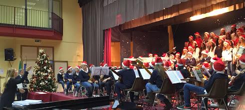 Photo: la prof.ssa Palermo dirige il coro