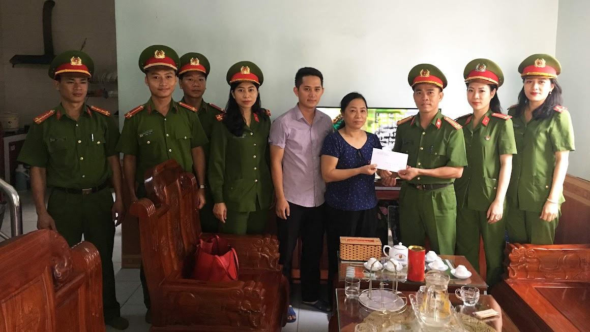 Thiếu tá Nguyễn Đức Hùng, Phó trưởng phòng tặng quà cho gia đình thương binh liệt sỹ
