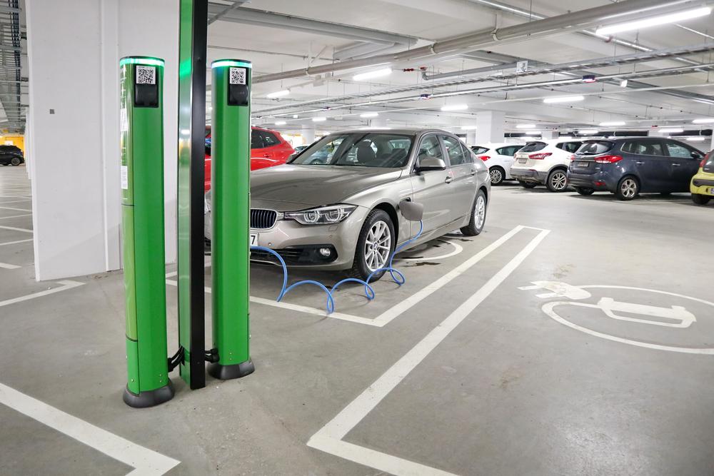 Instalação de estações de carregamento em shoppings e espaços comerciais tende a facilitar a circulação de veículos elétricos. (Fonte: Shutterstock)