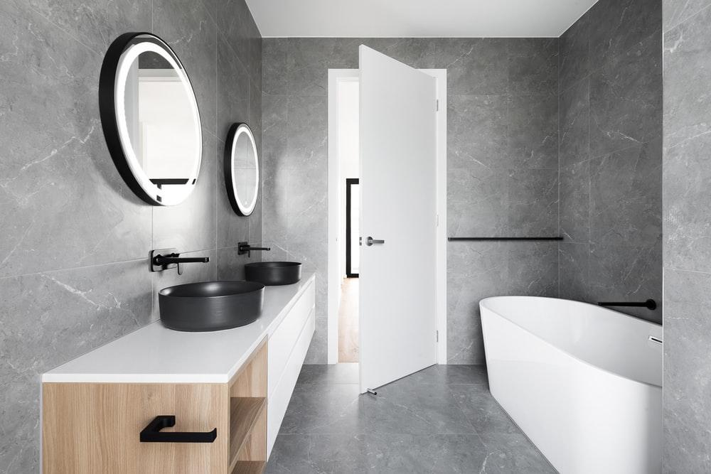 modernt badrum i marmor
