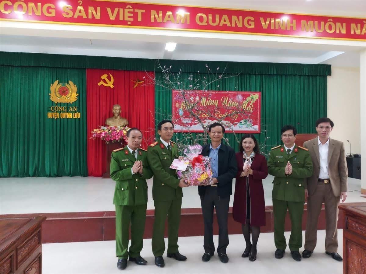 Đoàn công tác Huyện ủy tặng quà chúc mừng Công an huyện nhân dịp Xuân Canh Tý
