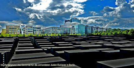 Photo: Im Vordergrund das Denkmal für die ermordeten Juden Europas in Berlin