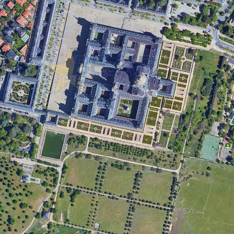 Fig. 1. El Escorial en imagen de satélite: edificio rodeado al sur por jardines, estanque, huerta, dehesa y arbolado (Google Maps, 2019).