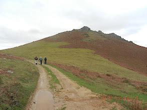 Photo: 691m Avant d'atteindre au niveau d'un replat un abreuvoir à sec, nous prenons le sentier qui part à flanc sur la gauche.
