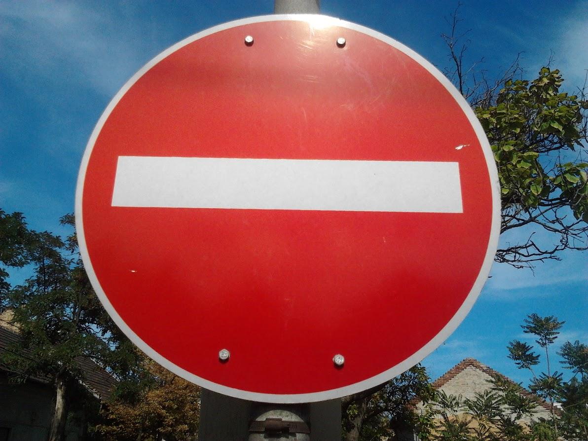 Kidőlt faoszlop okoz forgalmi akadályt Kispesten