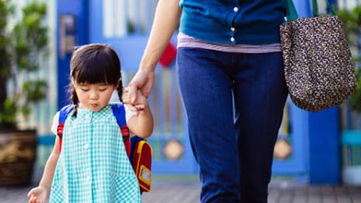 Bé đi mẫu giáo với nỗi lo bị chia cắt, cha mẹ giúp con vượt qua bằng cách nào