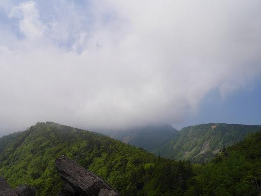 稲子岳(左)、天狗岳(中央)は雲の中