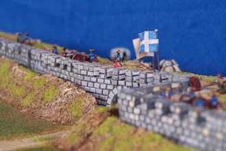 Photo: I bastioni della città. In questo punto il terrapieno è stato completato.Miniature Baccus, materiale scenico autocostruito.