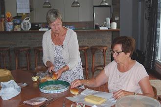 """Photo: Annie en Koos """"besnijden"""" de broodjes..."""
