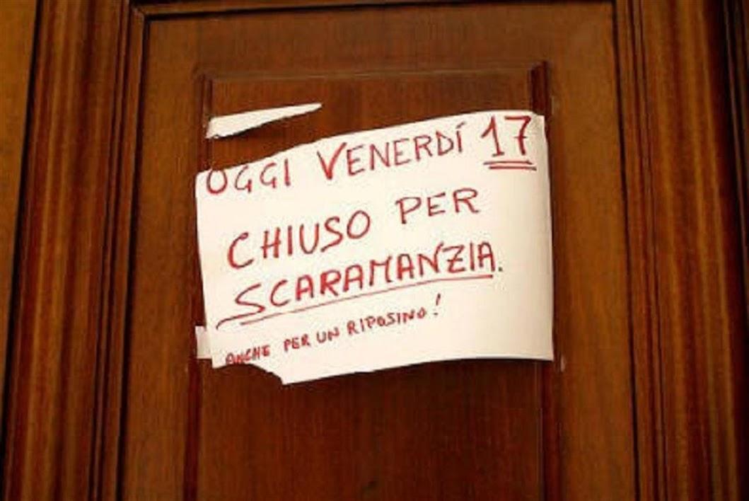un cartello sulla porta: chiuso per scaramanzia
