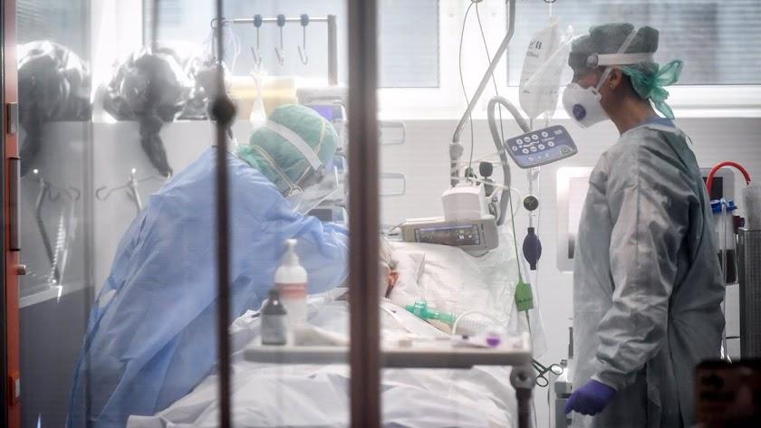 Imagen de archivo de personal sanitario en un hospital.