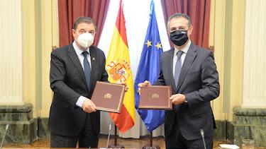 Luis Planas y Eduardo Baamonde en la firma del convenio.