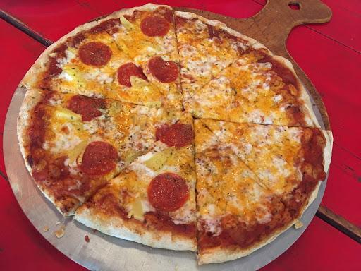 手工窯烤的披薩,老闆是很有趣人, 但是不是我的菜。