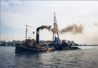 Photo: Het overbrengen van de Heibok4 van de Nieuwe Haven naar de Wilton haven in 1996