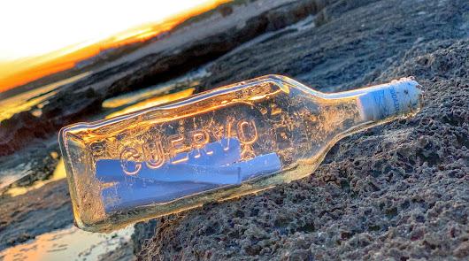 La Botella  de tequila con un mensaje dentro con remite de Mojácar, tal como la encontró Fran Avila hace unos días.