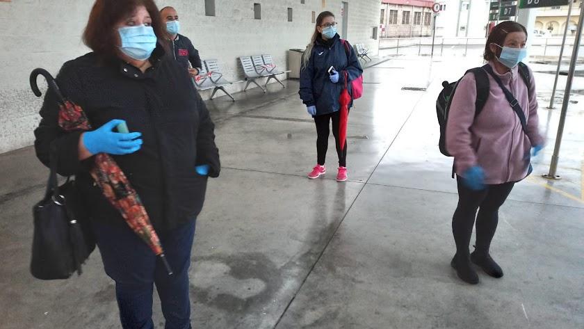 Un grupo de ciudadanos espera la llegada de un autobús en la Estación Intermodal de Almería.
