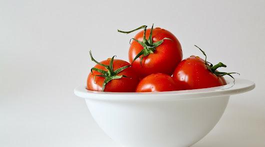 Menú saludable: merluza al perejil y tomate relleno de atún y patata