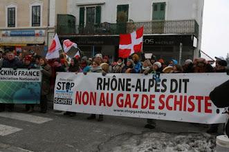 Photo: citoyens et élus locaux devant la Préfecture de Saint Julien en Genevois.