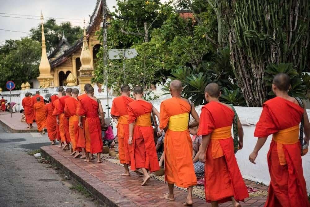 Ceremonia limosnas monjes budistas