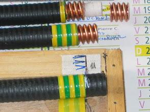 """Photo: Placer un """"barnader""""(barna = ruban adhesif isolant des electriciens) celui-ci sert au repérage des fils de terre. Ce barna permet de donner un coup de cuter bien circulaire pour dégager la gaine exterieur. Commencer le sciage de la gaine sur le dessus de l'ondulation ,avec une lame à denture très fine"""