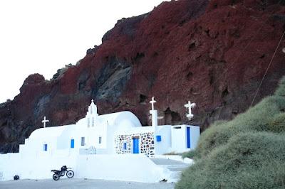 Белая церковь у красной скалы