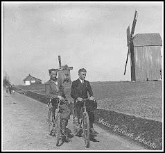 Photo: To nie zdjęcie z Holandii. Tak wyglądały wiatraki stojące przy drodze Rudnik - Kopki. Nieznana osoba pierwsza od lewej (z domowego archiwum Rodziny Urbanów)