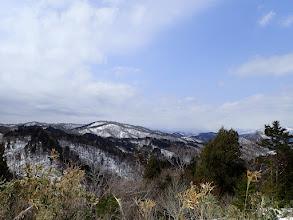 鉄塔から火山を望む(後方の山は雲の中に)