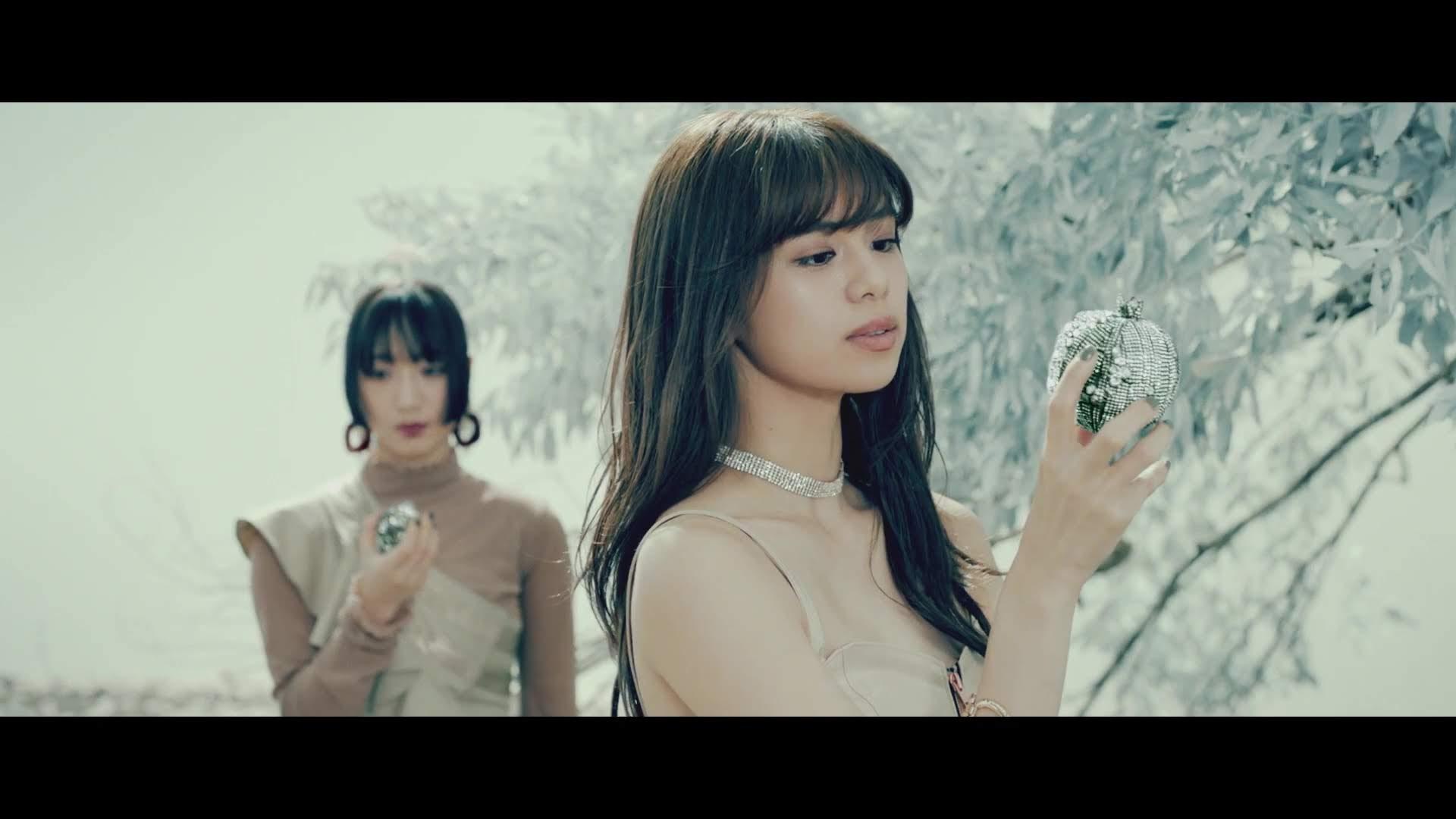 Harumi olhando a fruta.