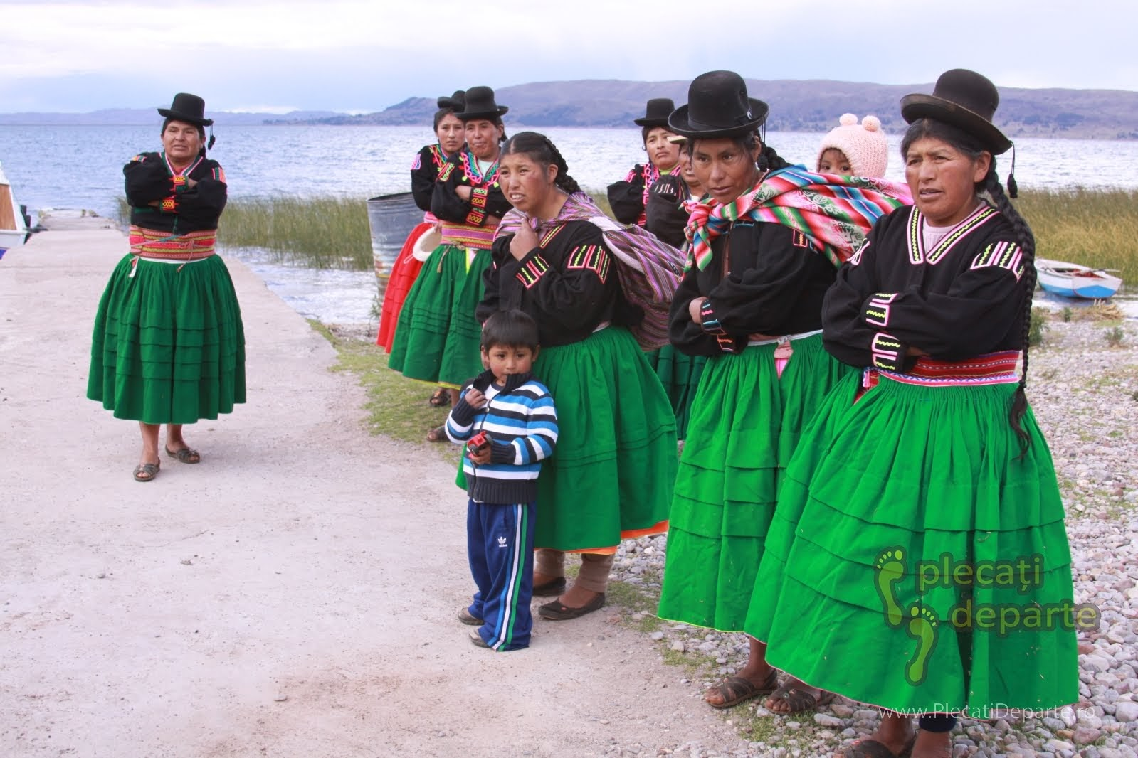 Gazdele din Laquina Chico, ne asteptau pe malul Lacului Titicaca, la 4000m